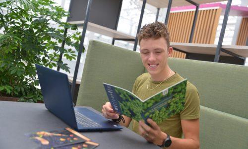 Student Business & Management bladert door boek
