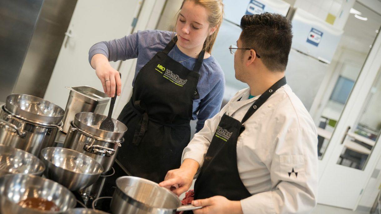 Docent en student in keuken
