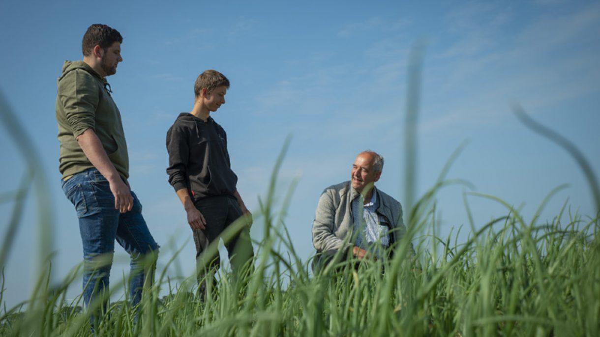 Docent Agro legt studenten iets uit in veld