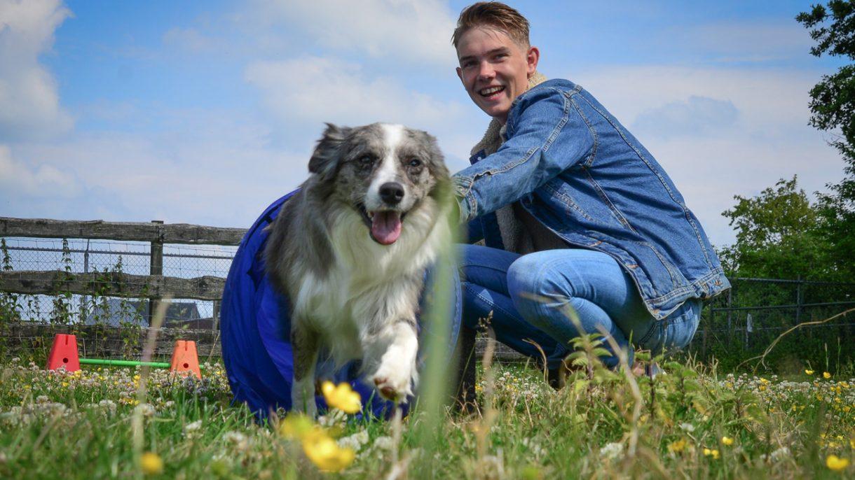 Student met hond door tunnel