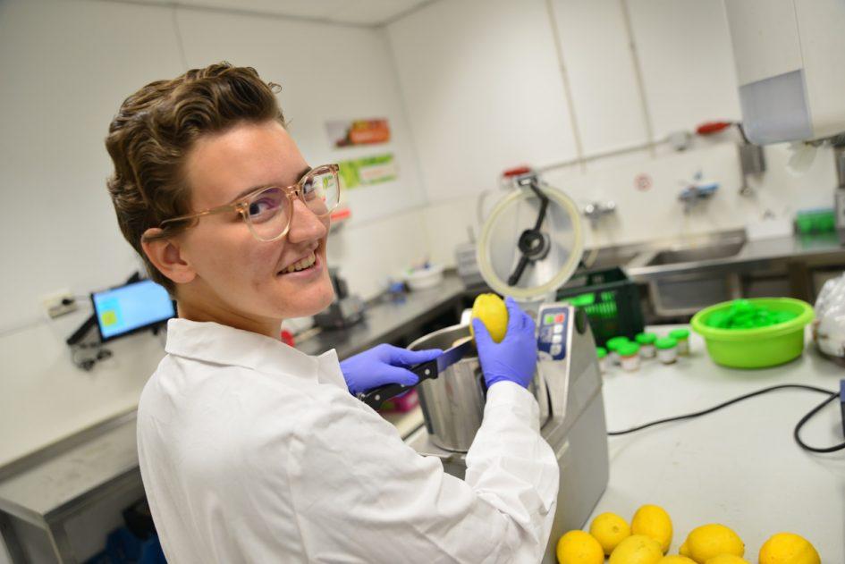 Student voeding en kwaliteit snijdt citroen