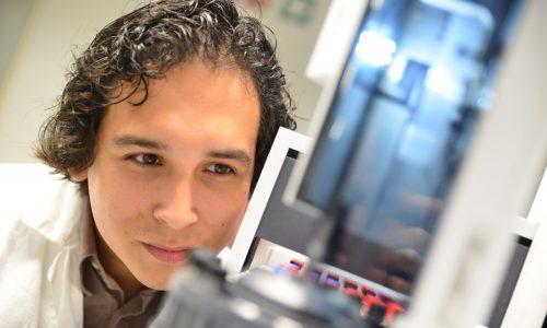 Student Voeding en Technologie onderzoekt voedingsmonster