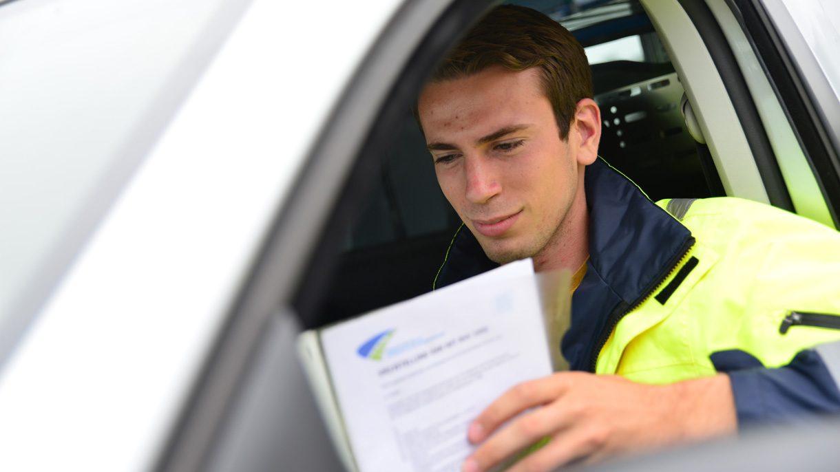 Student Inspecteur Leefomgeving zit in auto