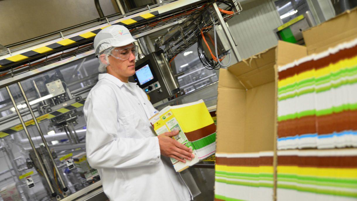Student Voeding en Productie verzamelt verpakkingen