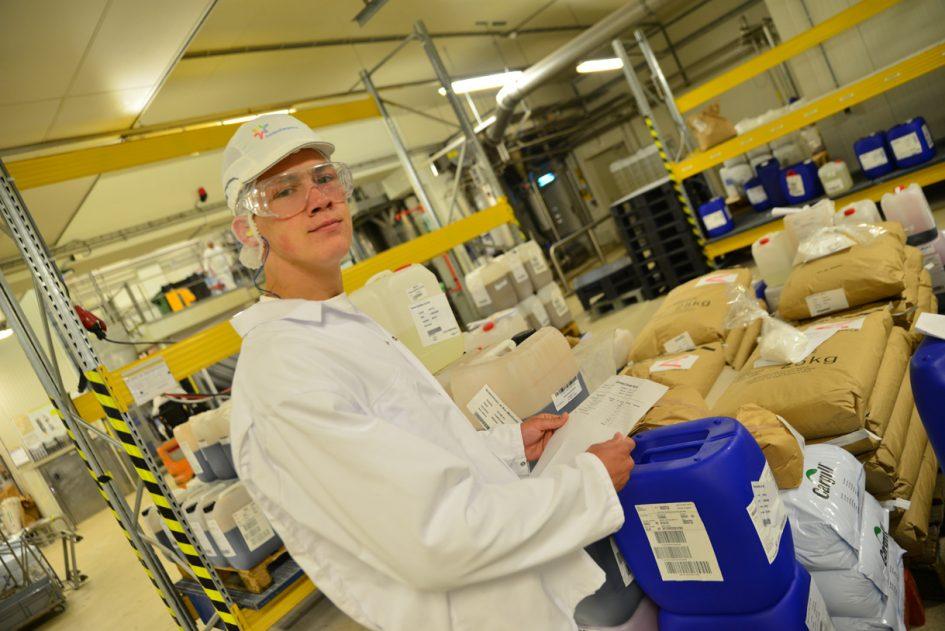 Student Voeding en Productie controleert voorraad