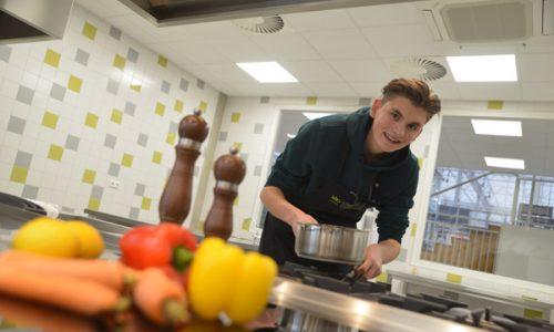 Student Voeding & Voorlichting in schoolkeuken