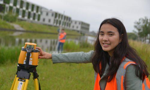 Watermanagement student met landmeter