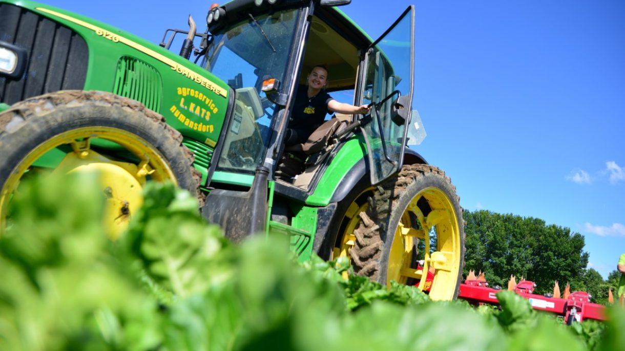 Gemechaniseerd loonwerk door middel van een traktor