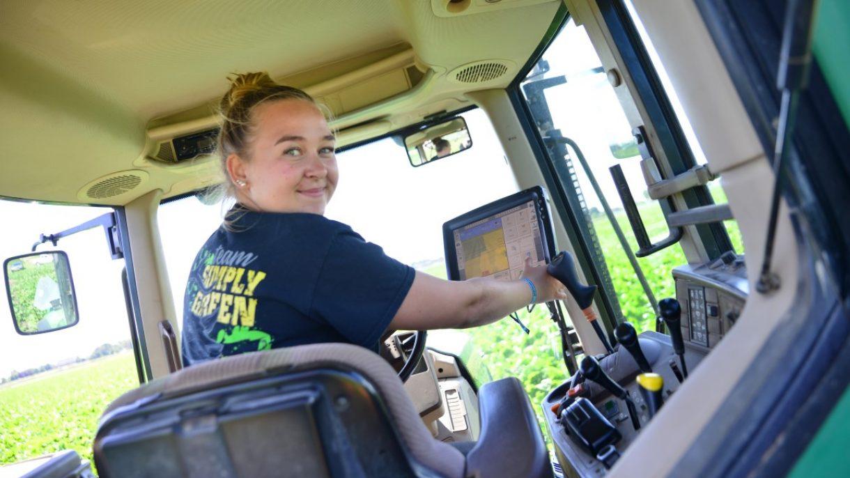 Studente Groen, grond & infra stelt GPS in van traktor
