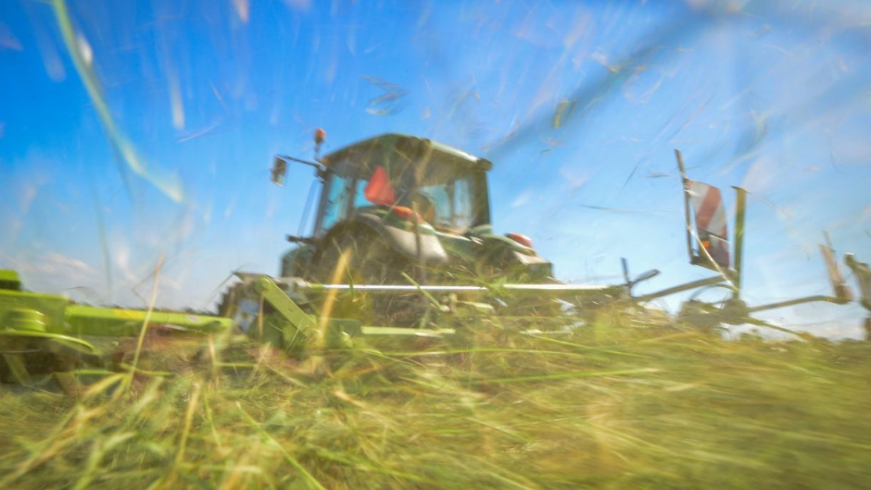 Loonwerk traktor schudt gras op