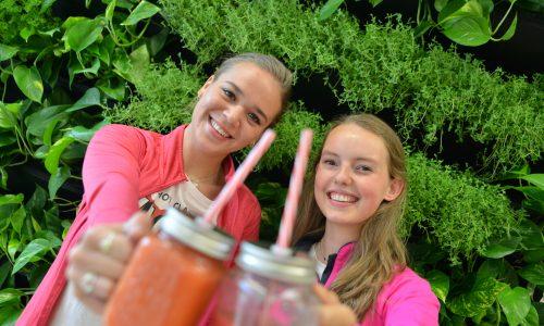 Studenten Food & Lifestyle houden smoothie voor zich