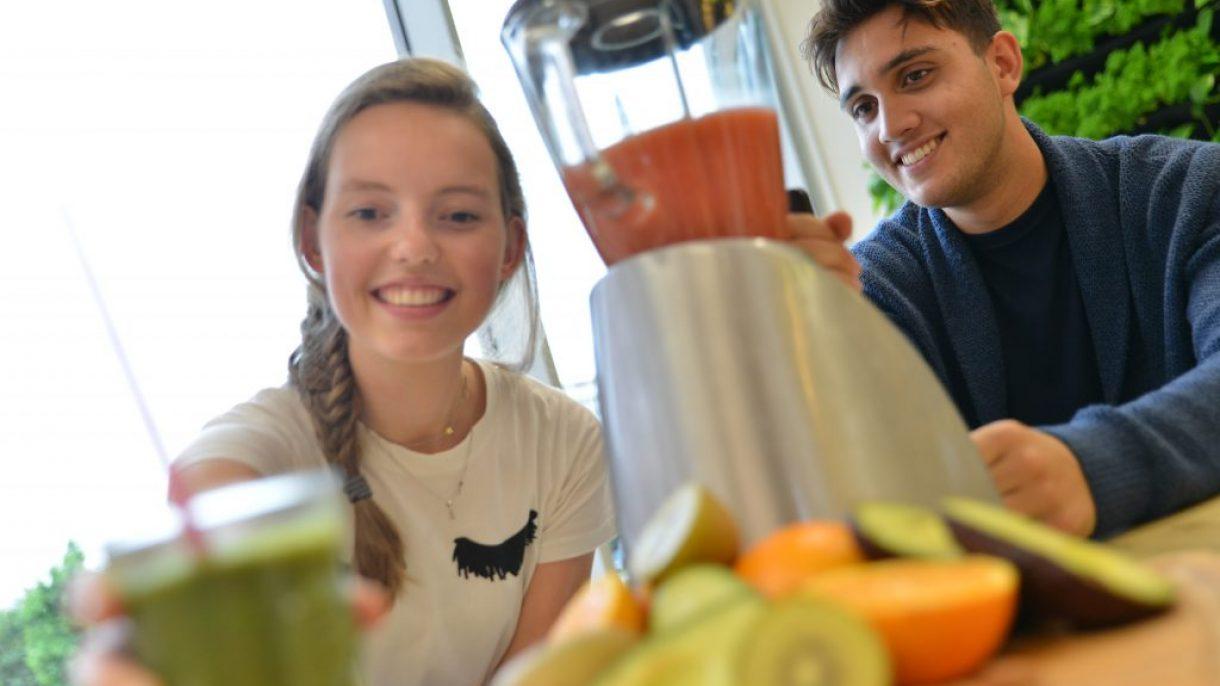 Studenten Food & Lifestyle aan tafel achter blender