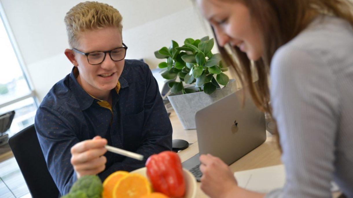 Student Food & Lifestyle wijst paprika aan