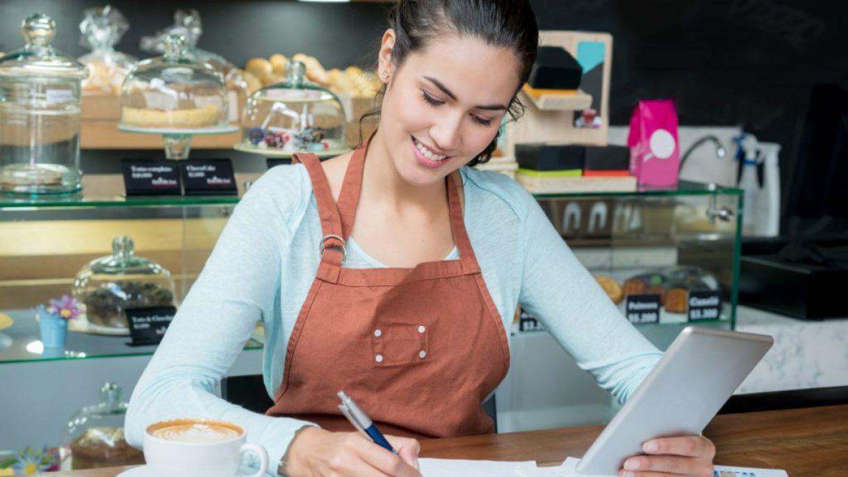 Student handel en ondernemen schrijft in schrift