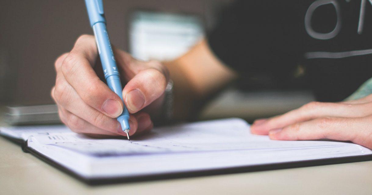 Jongen schrijft in schrift