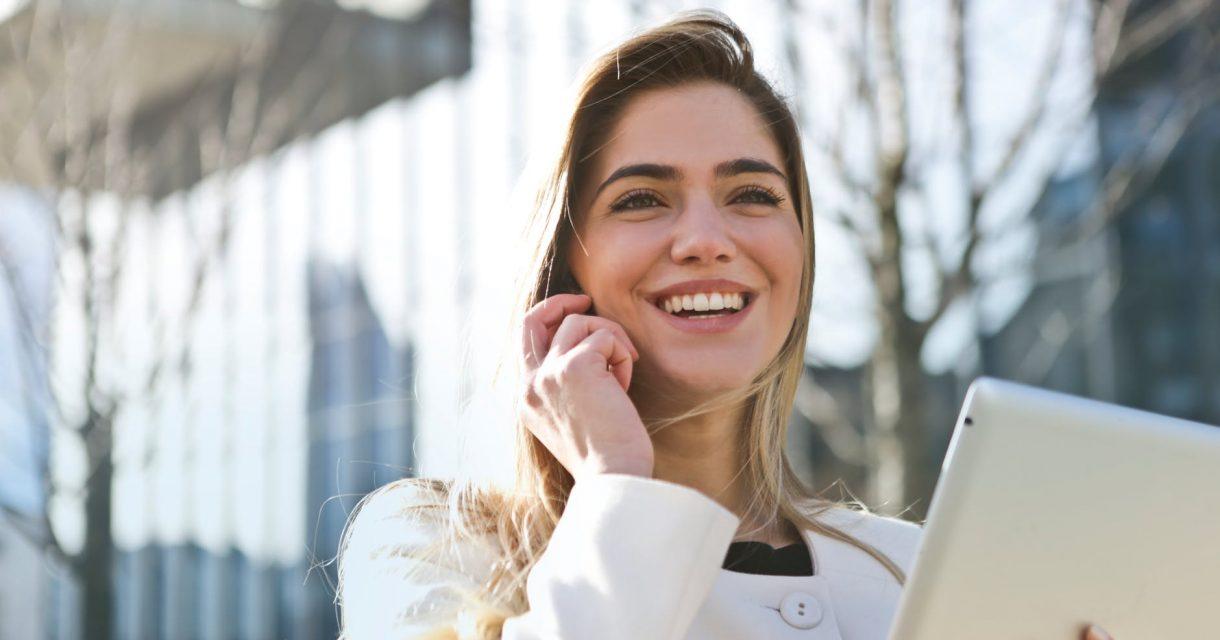 Contact met Lentiz, meisje met Ipad en mobiel