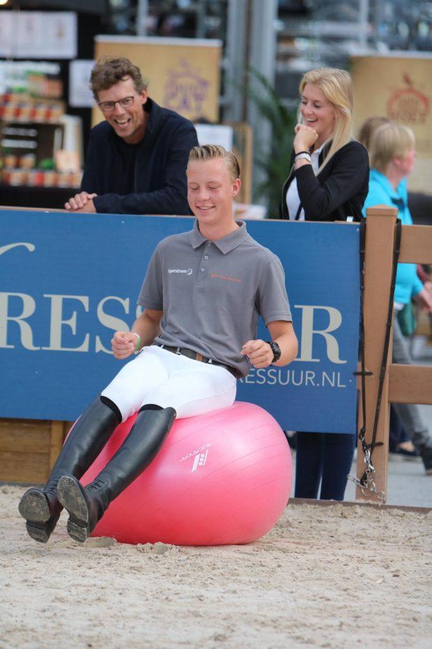 Student Lentiz zit op evenwichtsbal op Horse Event