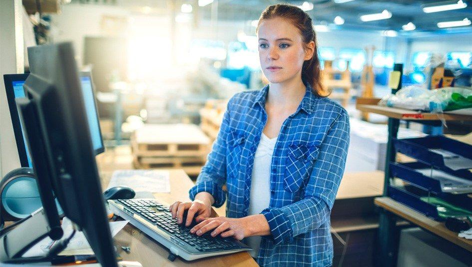Meisje achter computer
