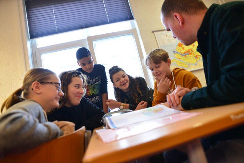 Leerlingen aan tafel tijdens een les