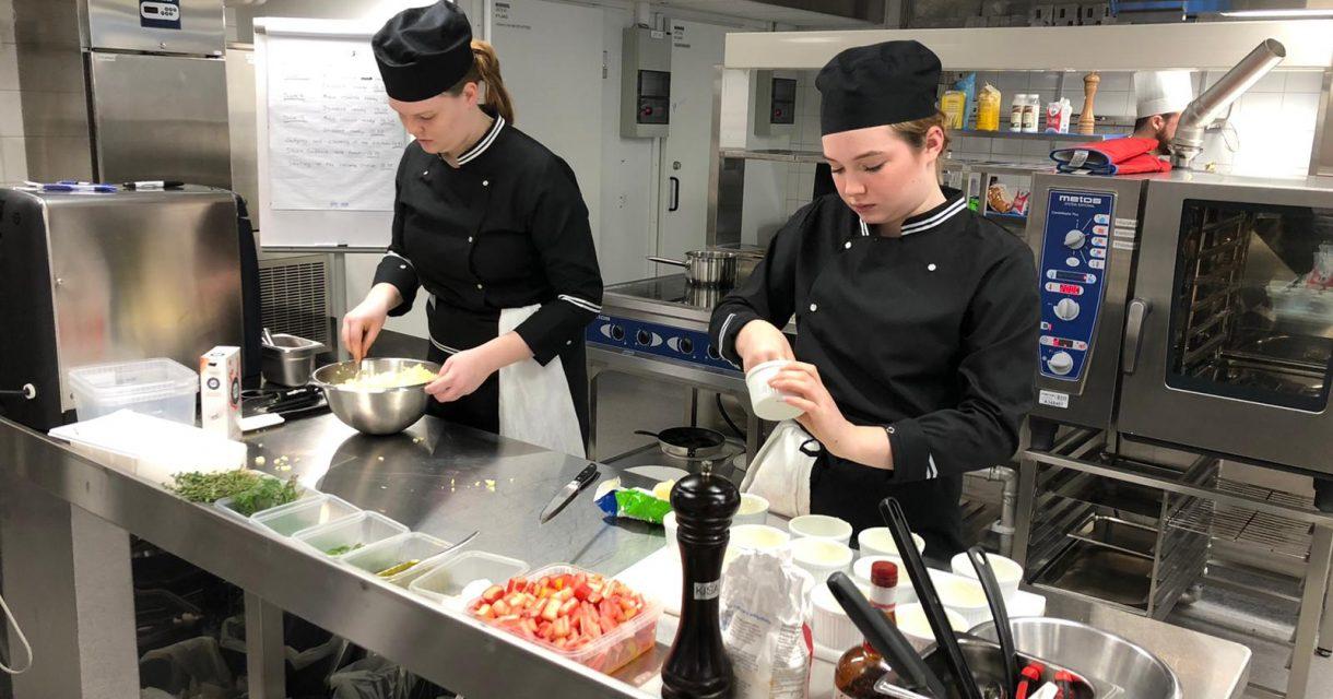studenten bereiden zich voor op internationale kookwedstrijd