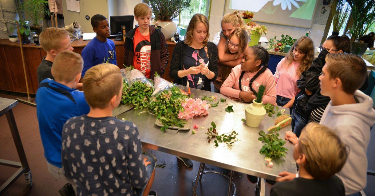 Leerlingen krijgen bloemles