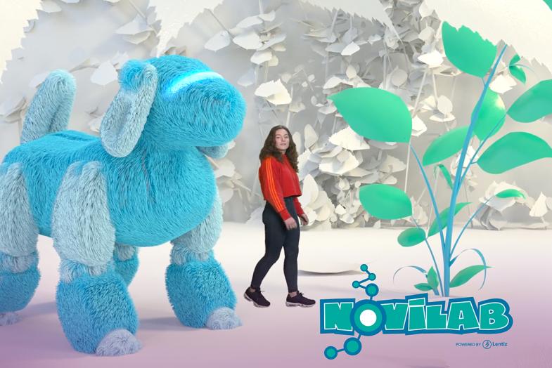 Lentiz Novilab leerling bij knuffelrobot met logo