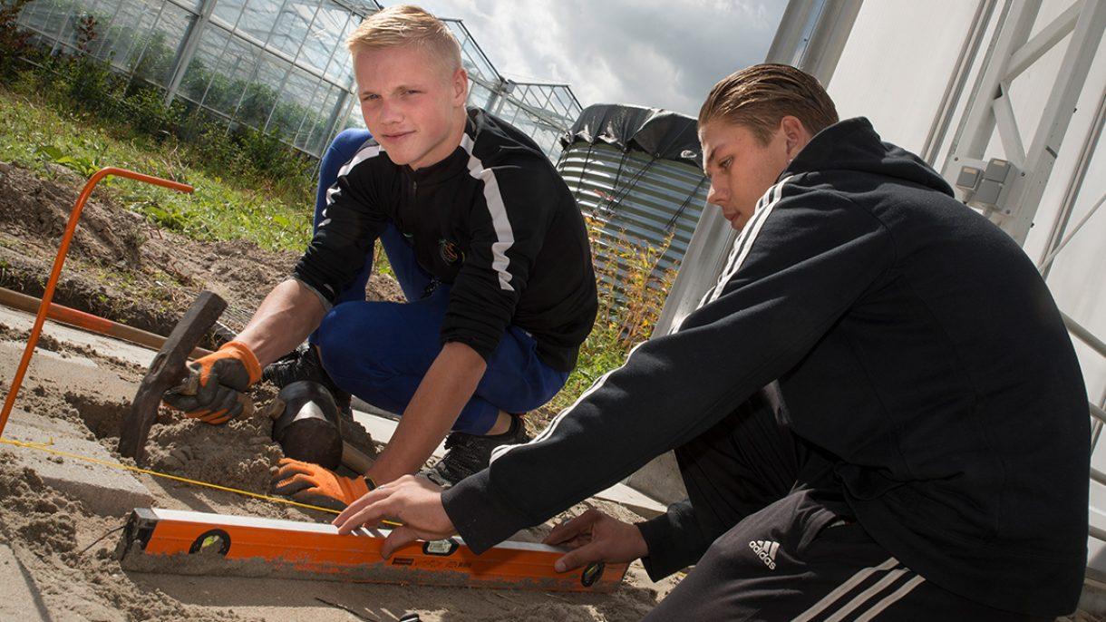 Student hoveniers leggen tuin aan