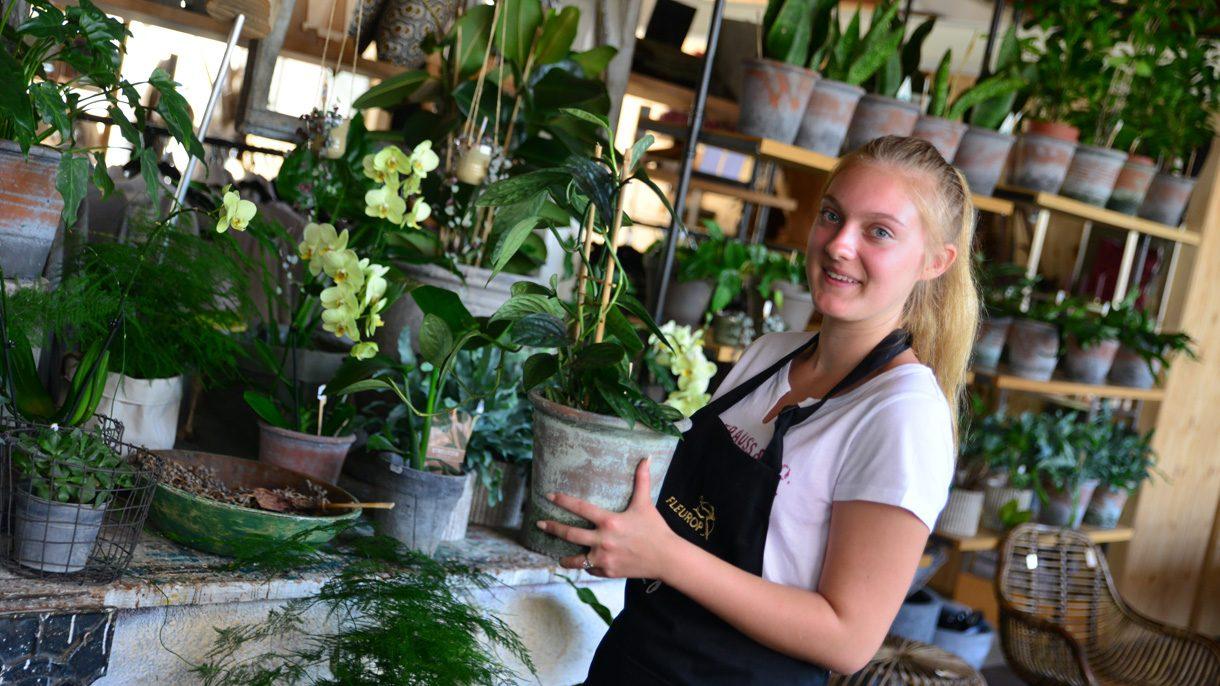 Meisje met pot planten