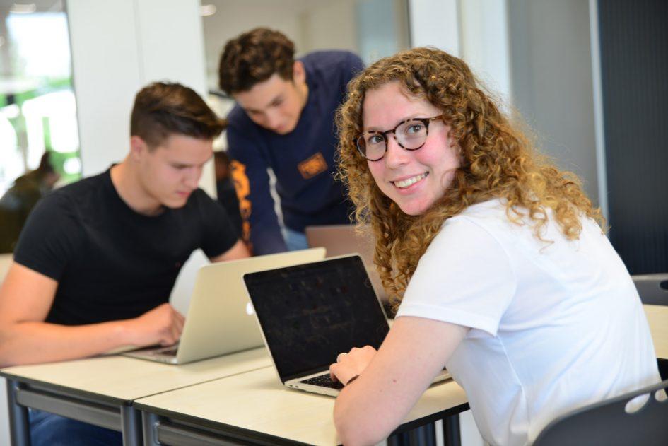 Student achter laptop