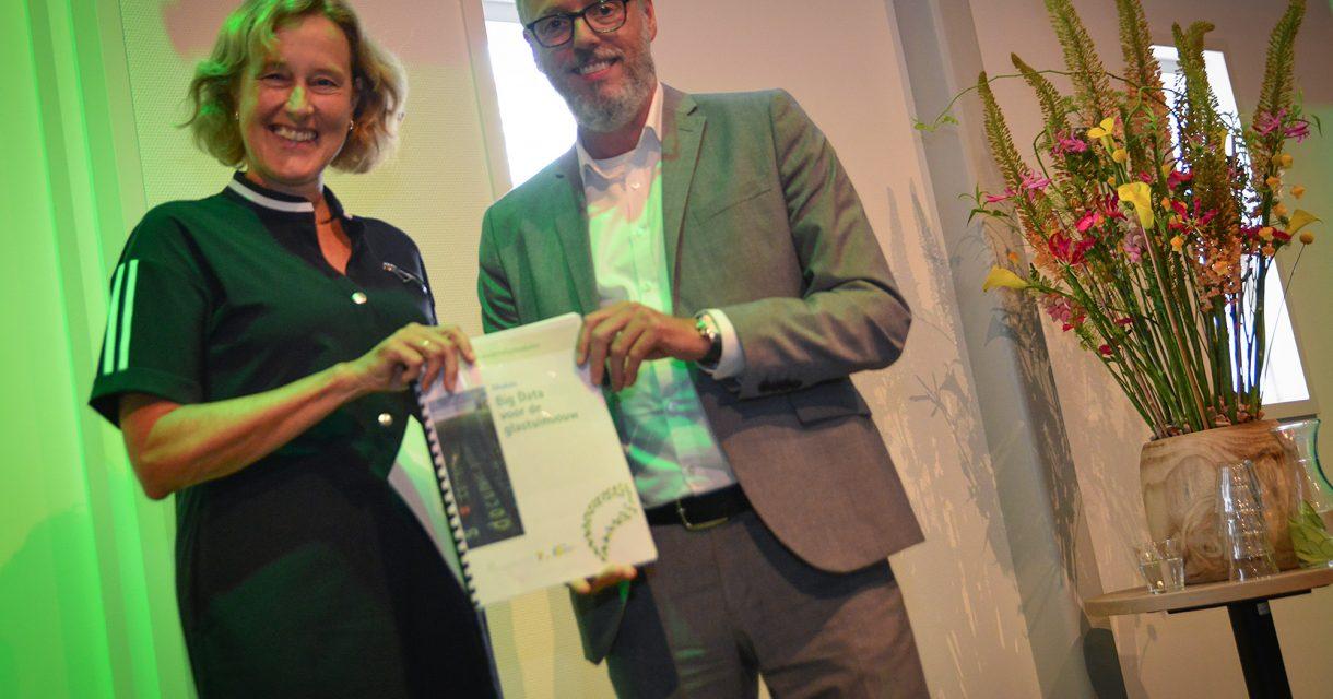 Adri Bom (links), gedeputeerde Economische Zaken provincie Zuid-Holland krijgt module Big Data overhandigd door Peter Loef (rechts), arbeidsmarkt specialist Glastuinbouw Nederland.