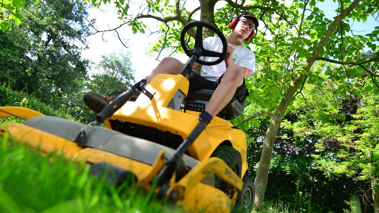 Hovenier op grasmaaier