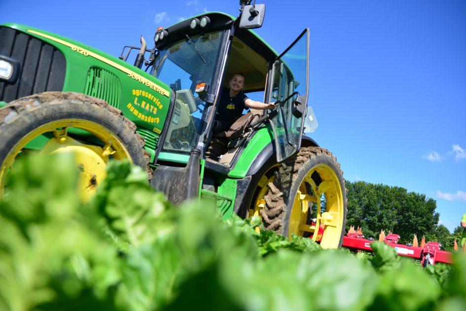 Loonwerkstudent met tractor