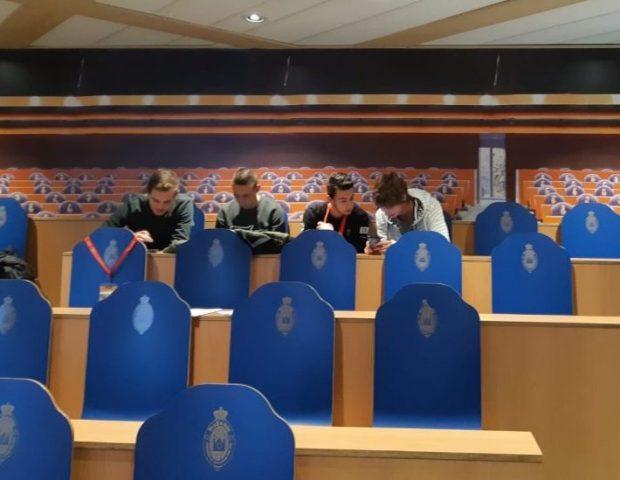 Studenten verwerken informatie voor het debat
