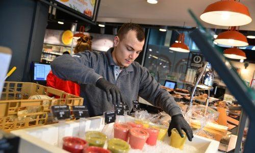 Student Handel en Ondernemen schikt smoothies in display