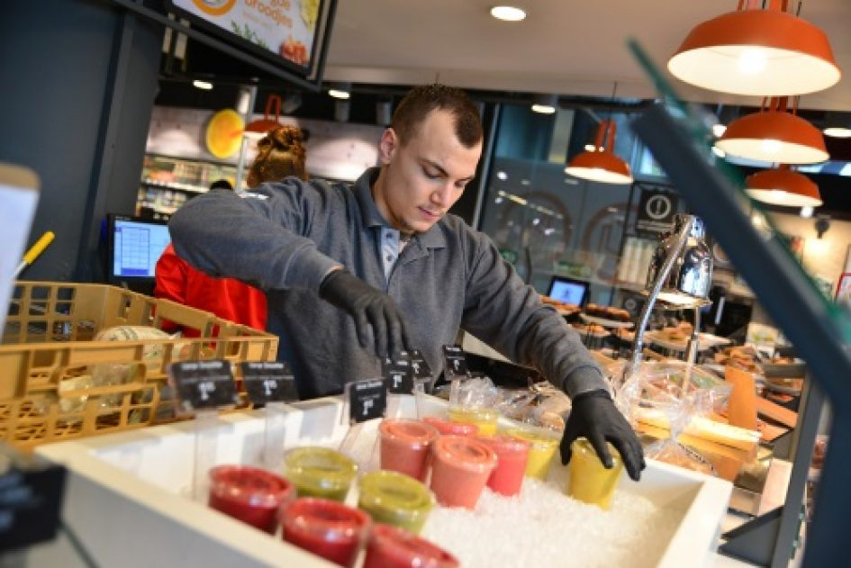 Student Handel en Ondernemen schikt smoothies in display