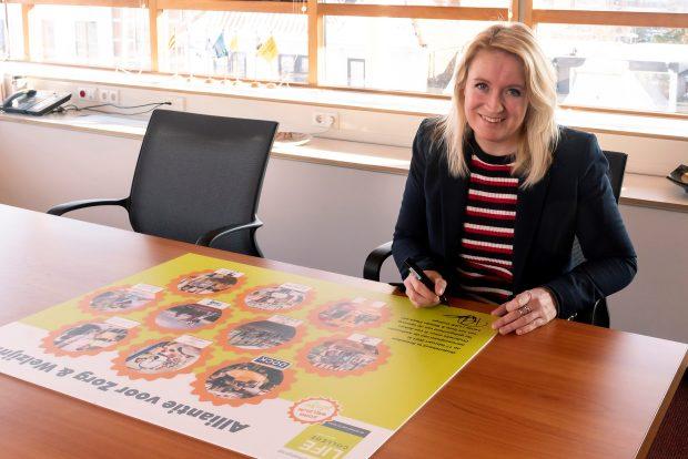 Wethouder Onderwijs P. van Aaken tekent Alliantie
