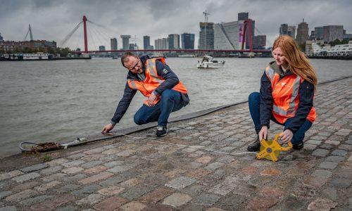 Twee studenten Inspecteur Leefomgeving op kade