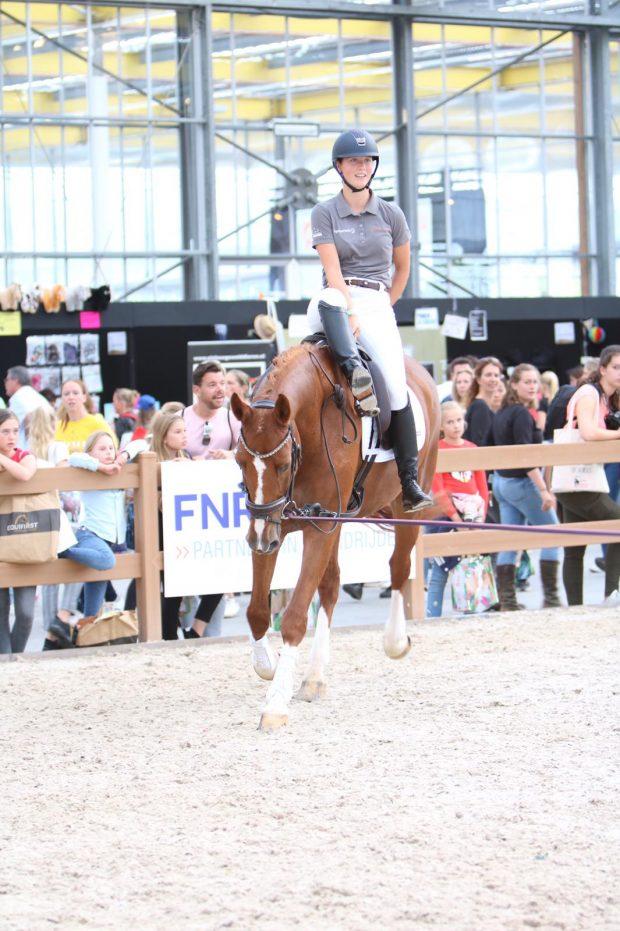 Student paardensport Lentiz MBO Maasland op een springpaard bij Horse event 2019