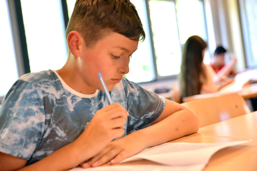 Jongen met pen en papier