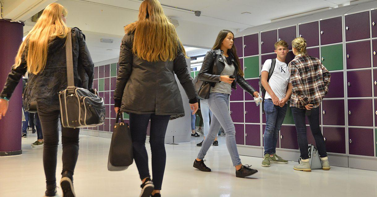 leerlingen bij kluisjes