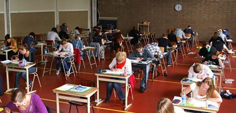 leerlingen in examenzaal