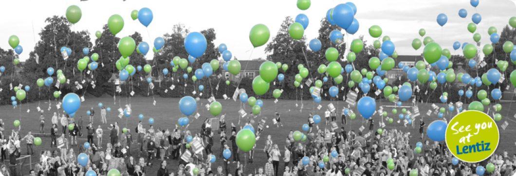 oplaten van ballonnen op het sportveld van school