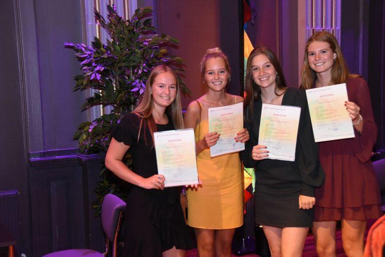 foto meisjes met diploma
