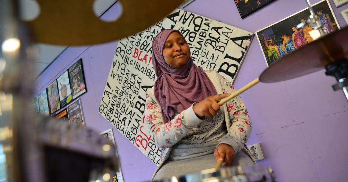 Leerling achter een drumstel