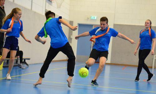 Leerlingen voetballen