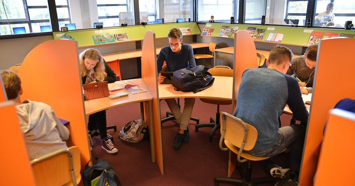 Leerlingen in de studieruimte.