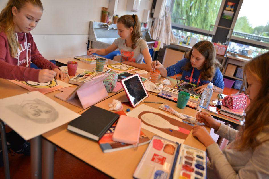 Leerlingen schilderen en tekenen.