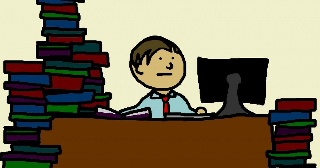 Docent achter bureau met stapels werk