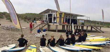Leerlingen met surfplanken