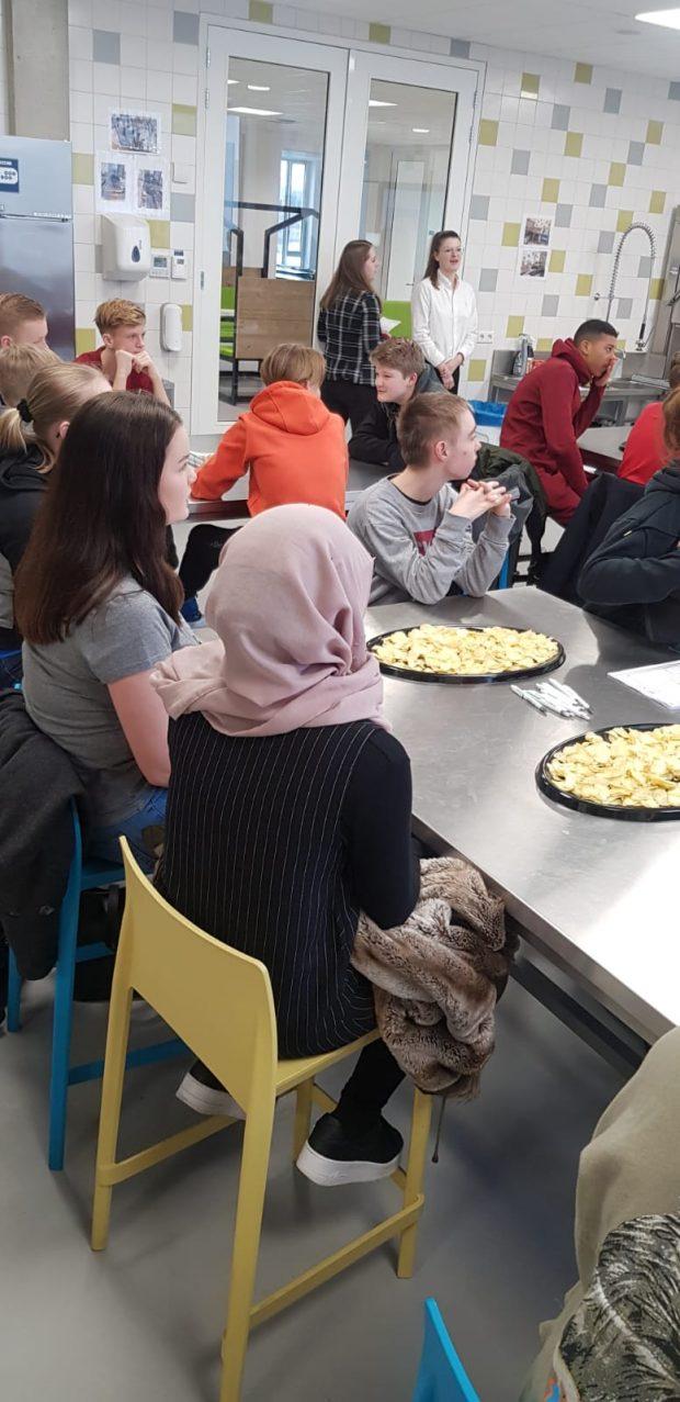 leerlingen bij kookles